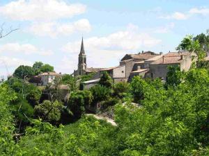 Blick auf das malerisch gelegene Dorf Gensac