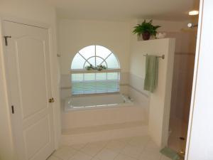Masterbad mit großer begehbarer Dusche