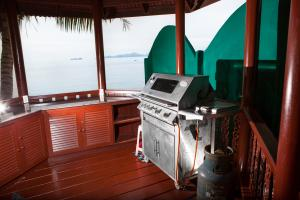 Gas-barbeque and countertop inside the sala