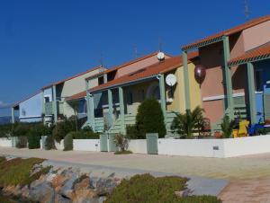Villa 20  rotes Haus, rote Parabolschüssel