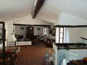 upstairs: kitchen, eatingplace, fireplace, lounge